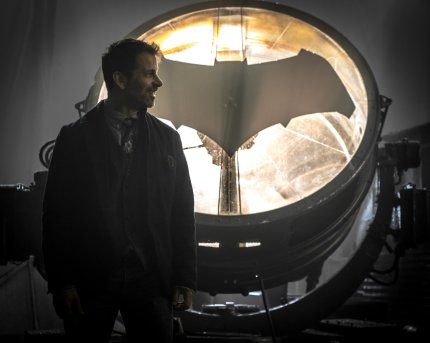 zack-snyder-bat-signal-image-justice-league